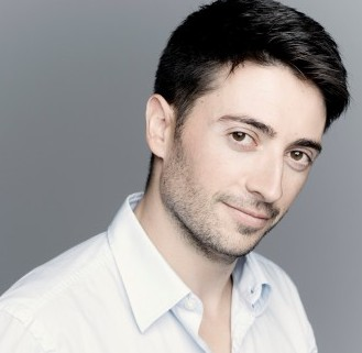 Antonio Mendez-Conductor Photo: Marco Borggreve