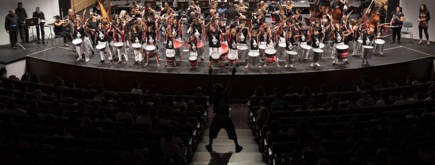 La Orquesta se fusiona en su programa didáctico 'Malaika' con los com-ponentes de Bloko Junior-Bloko del Valle . Sinfonica de Tenerife